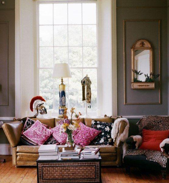 Na sala do piano, almofadas cor de rosa, pele sobre a poltrona e texturas várias compõe o cenário.