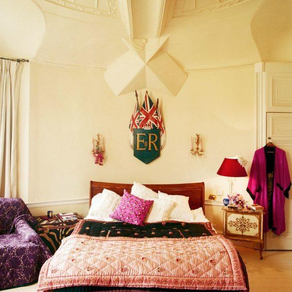 Colcha de seda no quarto do casal, que pretende lançar uma linha para a casa.