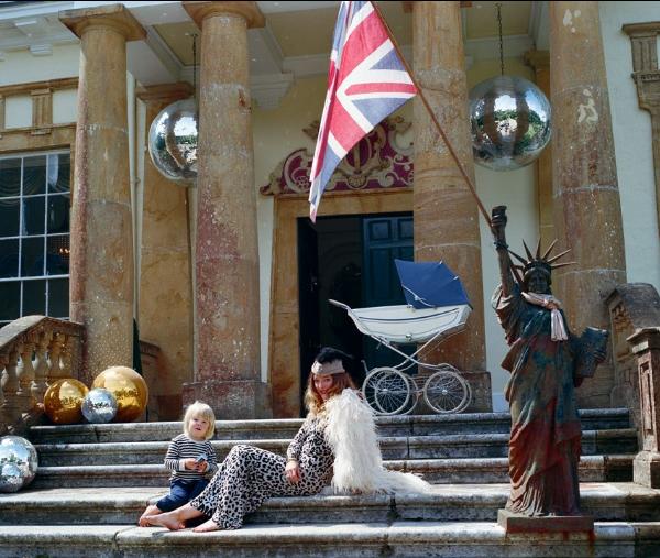 Alice e Fox, um dos filhos, fazem pose na escadaria de Cricket Court.