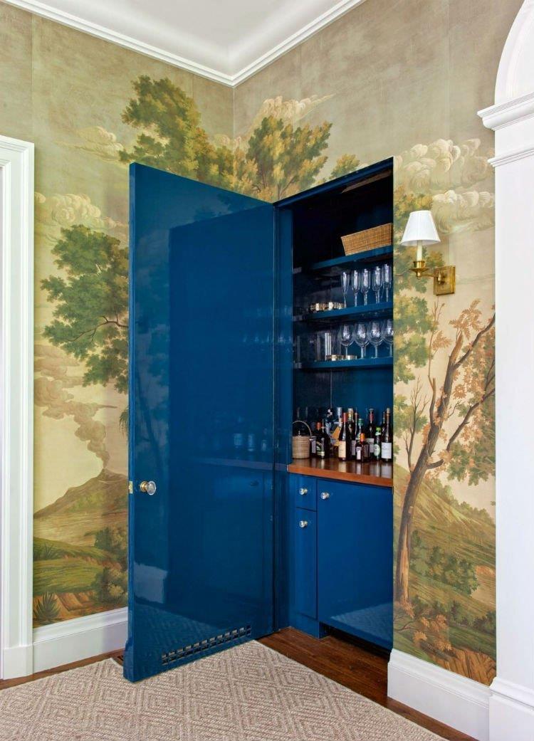 Bacanérrimo, o bar fica totalmente camuflado. Repare que o rodapé tem continuidade na porta.