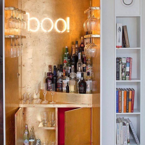 Maravilhoso e super moderno, o bar está em armário super bem decorado. Preto ou azul noite seriam cores mais masculinas e igualmente bonitas.