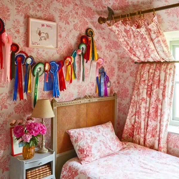 O quarto de Coco com tecido em padrão vintage é mais do que ultra fofo.