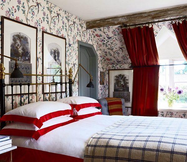 No quarto do casal, papel de parede Laura Ashley e cortina de veludo que veio da casa dos avós de Christopher.