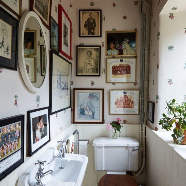 Papel de parede vintage no lavabo e fotos da família. Esta foto é  a razão deste post. Não dava para deixar passar!