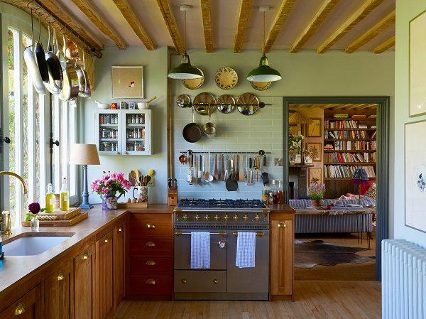 Na cozinha típica de fazendas, os acessórios à mão facilitam a vida.