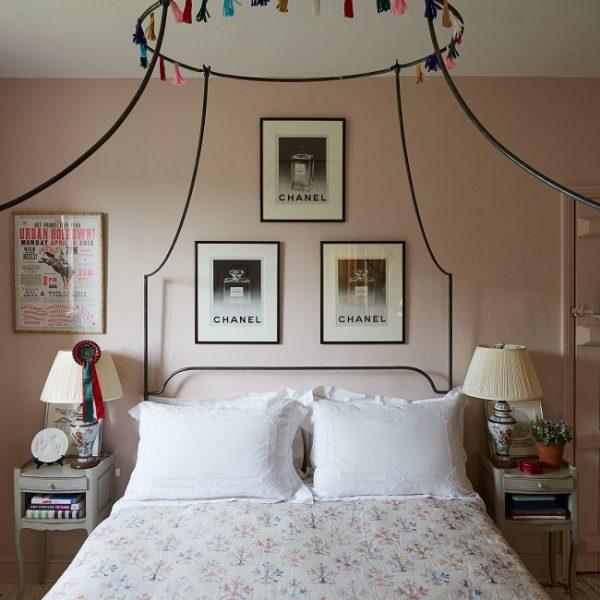 Paredes em rosa suave no quarto de hóspedes. A cama com dossel deixa a composição mais dramática.
