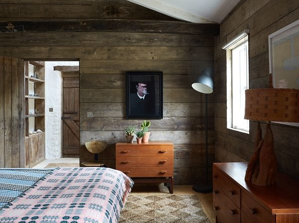 Um dos quartos da casa de hóspedes, feita com madeira de construções desfeitas da própria fazenda.