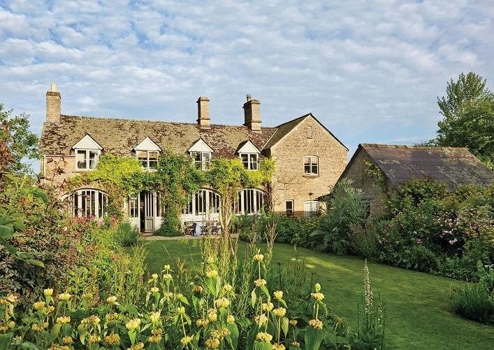 A casa do período elizabetano, de 1820, em Oxfordshire, Inglaterra. À direita o escritório de Amanda.