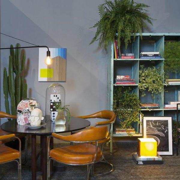 A mesa em madeira recebe cadeiras Juliana Benfatti em metal e couro dos anos 1970. A luminária de Marilena Gonçalves, bacanérrima, é de um estilo que veio para ficar. Anote!