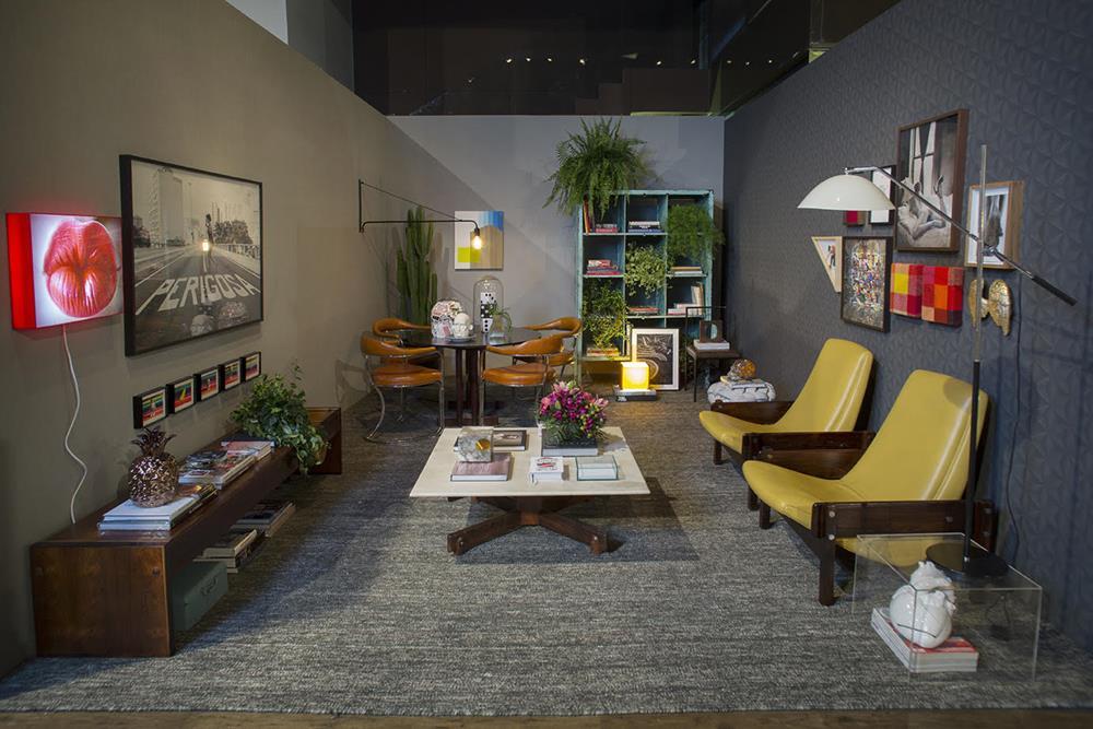 """Vista geral do ambiente da Now Arquitetura para a mostra Modernos & Eternos. Tapete da Botteh e luminária de piso, linda, da Legado Arte. O papel de parede, """"bonitíssimo"""", é da Orlean."""
