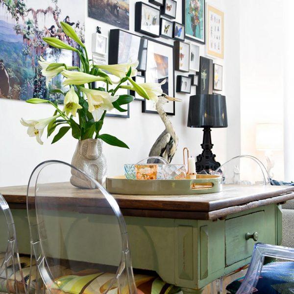 A mesa dos anos 1920, móvel favorito do RP Martin, cercada por cadeiras Ghost, assinadas por Philippe Starck.