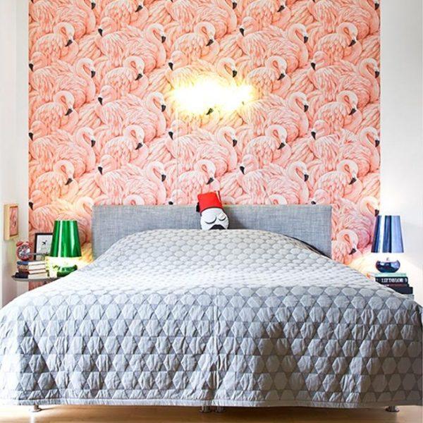 O papel de parede super bacana de flamingos, é acompanhado por colcha cinza, o que equilibra a composição! Adorei.