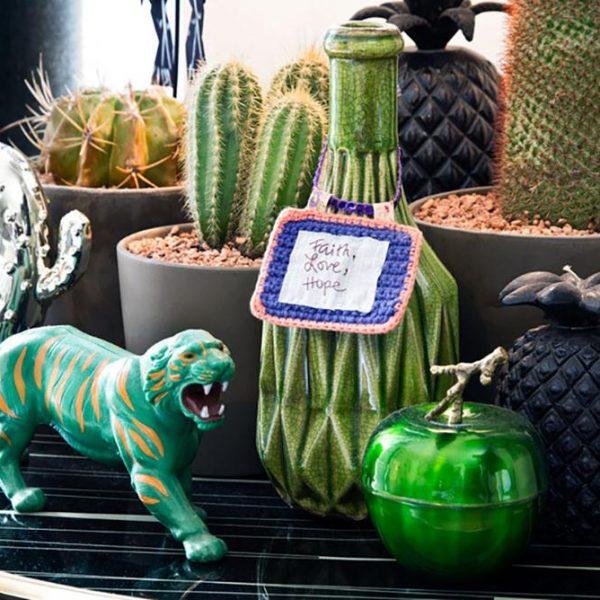O jardim de cactus bem acompanhado por peças descoladas e originais.