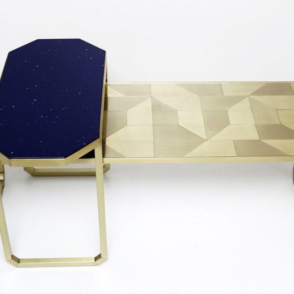 As mesas da série Tramas tem o tampo composto por marchetaria geométrica de metal ou quartzo.
