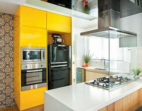 Maravilhosa combinação. O amarelo usado de forma moderna, com armários sem puxadores, com eletros em inox, geladeira vintage preta  e revestimento antiguinho. Adorei!