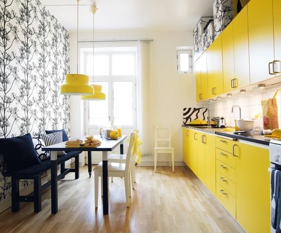 Qualquer cor intensa combinada ao preto e branco fica chique e elegante. O papel de parede pode ser substituído por estampa feita à mão, ou algo mais gráfico feito pelo seu pintor.