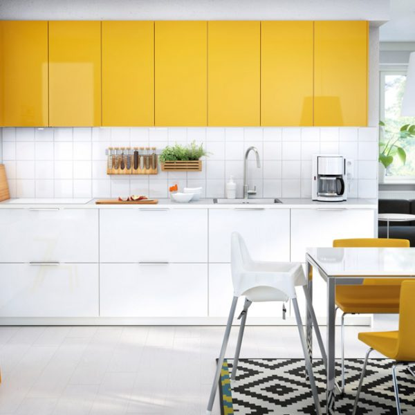 Usar o amarelo em apenas algumas partes fica super bacana e é o que eu indico. Fica feliz e leve. Aqui, cozinha da Ikea, empresa sueca com vários endereços espalhados pelo mundo.