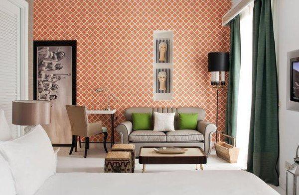 A cor da parede faz bonito par com o verde das cortinas e as cores mais suaves do restante da decoração.