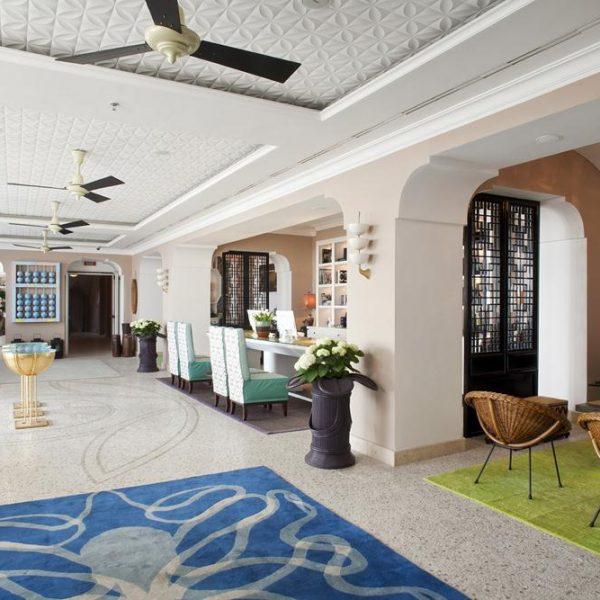 O lobby recebeu verde e azul, cores relacionadas ao mar e usadas de maneira super elegante.