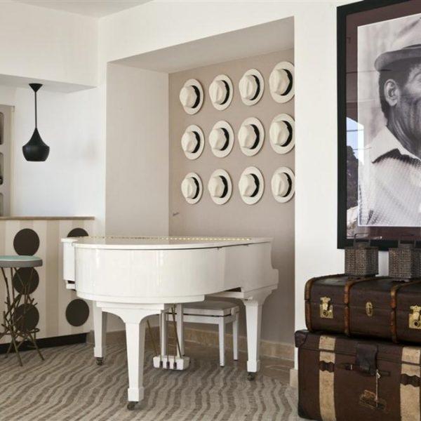 No piano bar, os chapéus Panamá Borsalino autênticos compõe a decoração.