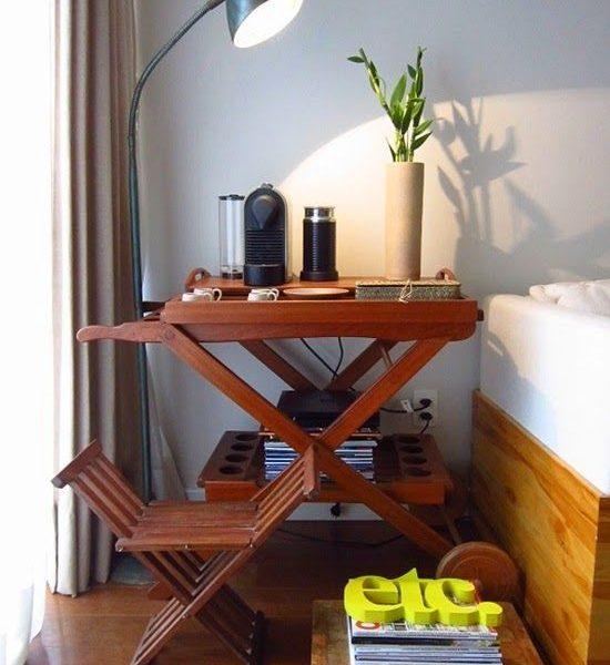 Um carrinho de chá pode abrigar a máquina de café.