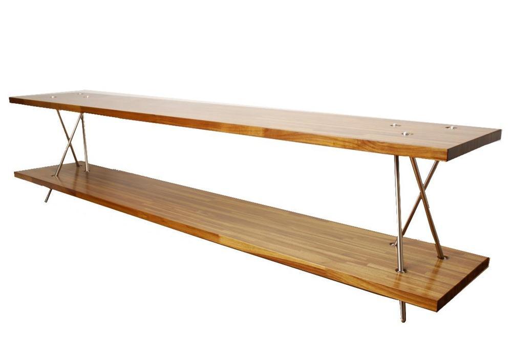 Aparador Acaso. Tubos de aço inox encaixados de forma quase que aleatória e painéis de madeira Teca de 2,30 de comprimento.