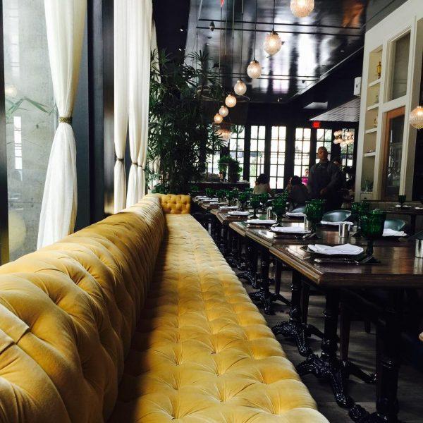 No restaurante Faith &Flower, o grande sofá em veludo é estrela inconteste da decoração.