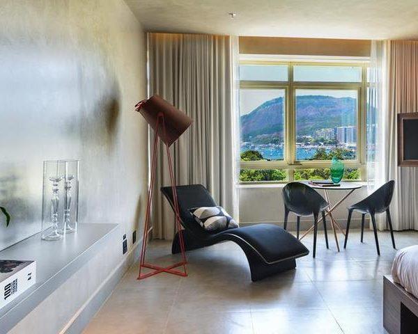 A pintura em tom médio veste a casa, dispensando grandes soluções. Repare como o quarto é simples e bem resolvido.