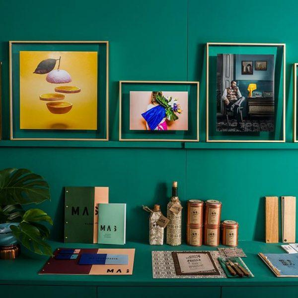 O fundo verde, lindo, recebe fotos enquadradas sem passe-partout e moldura dourada.
