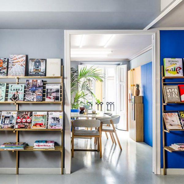 As estantes douradas abrigam livros e revistas.