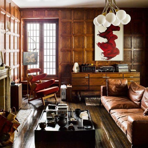 A pintura de James Nares faz contraste com a sobriedade dos painéis em madeira, bem tradicionais.