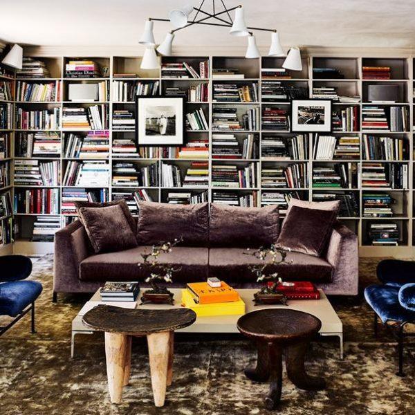 Na biblioteca, sofá B&B Italia, poltronas Franco Albini e bancos africanos.
