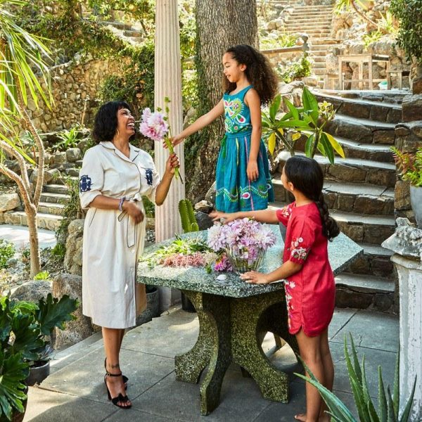 Brigette e as filhas fazem arranjos de flores.