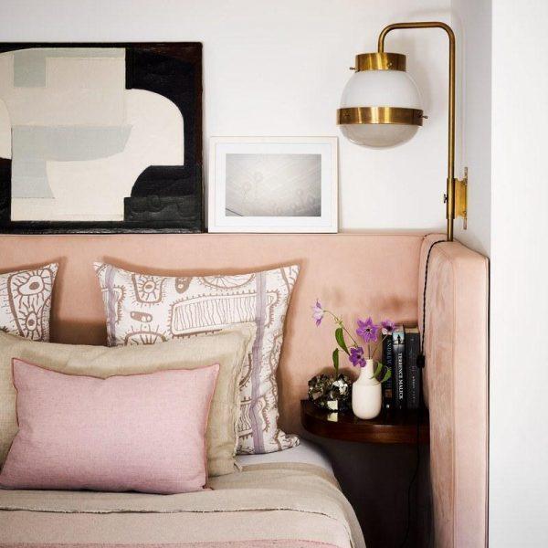 Sergio Mazza assina a luminária do quarto do casal. Dourado e rosa ficam incríveis juntos! Adorei.