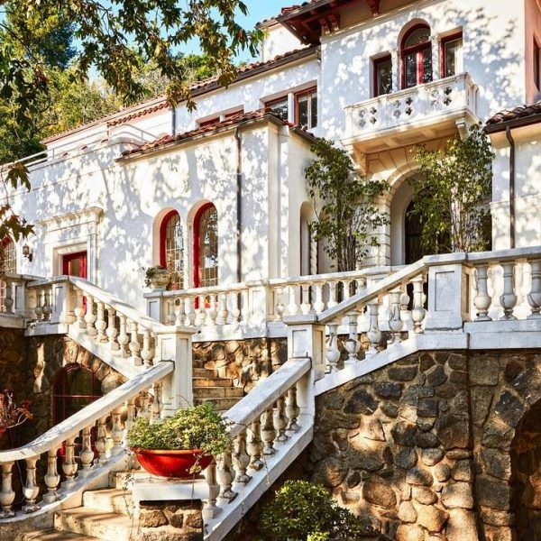 A fachada da histórica mansão Laurel Canyon, construída no começo do século XX.