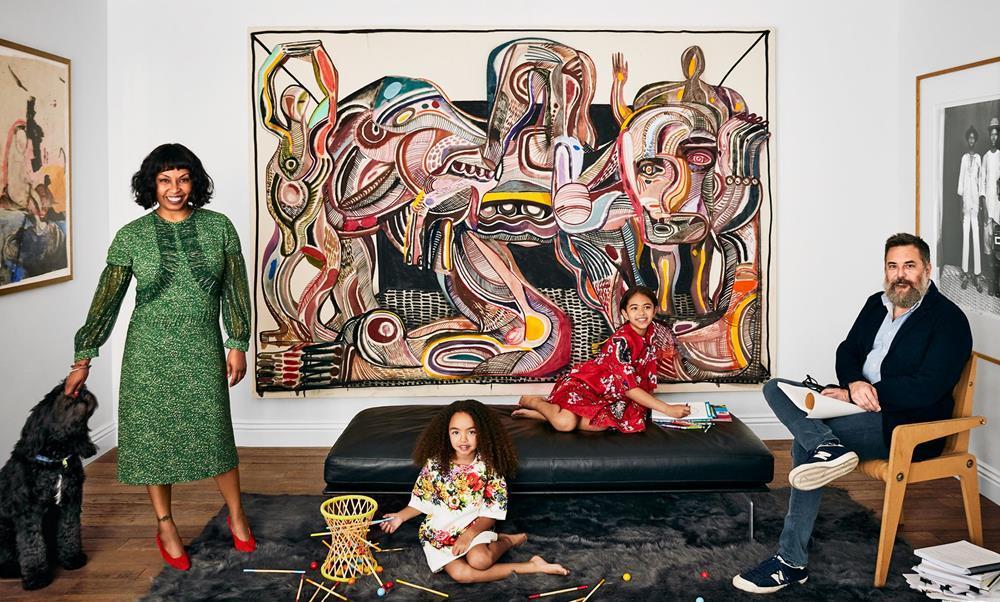 A família Romanek reunida em frente a obra de Zio Ziegler.