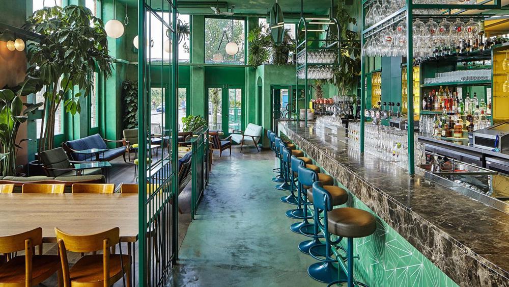 A área do restaurante é separada do bar por biombos de ferro que lembram os trilhos dos trens que percorrem a cidade.