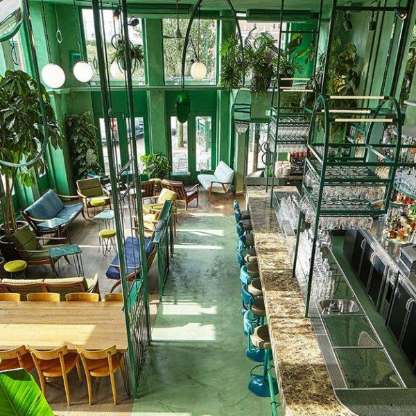Espelhos que mais parecem móbiles de Calder, pairam sobre o bar, refletindo materiais e luz.