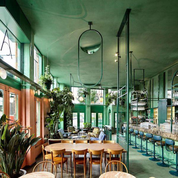O teto pintado na mesma cor das paredes cria a sensação de aconchego, especialmente em ambientes com pé direito alto.