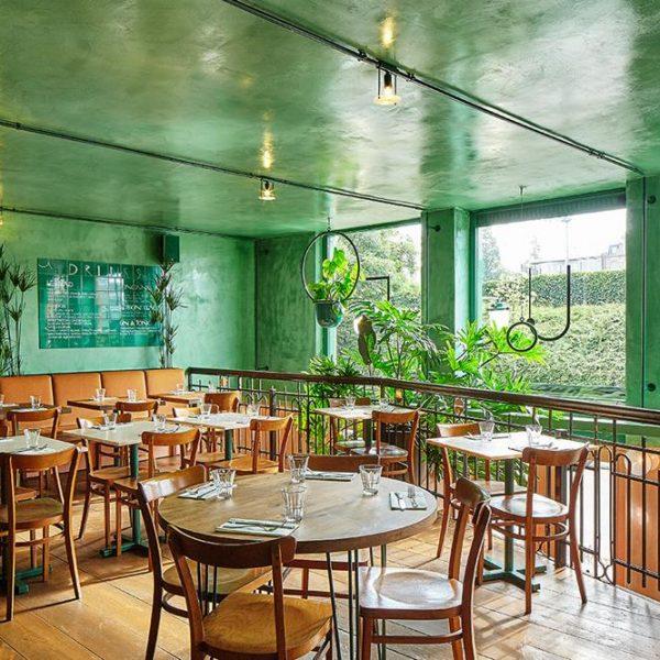 O mobiliário do restaurante é no mesmo tom do piso, e praticamente se funde com este, em efeito bem floresta.