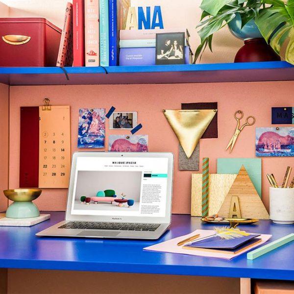 Mini escritório/escrivaninha de Ana Milena, designer de interiores e uma das fundadoras do escritório.