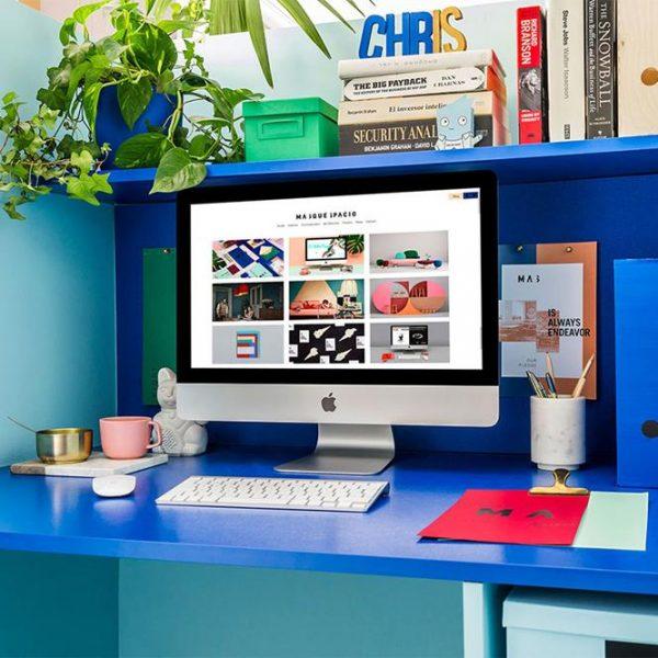 Aqui, mini escritório de Christophe, pequeno mas que prevê um pouco de privacidade.