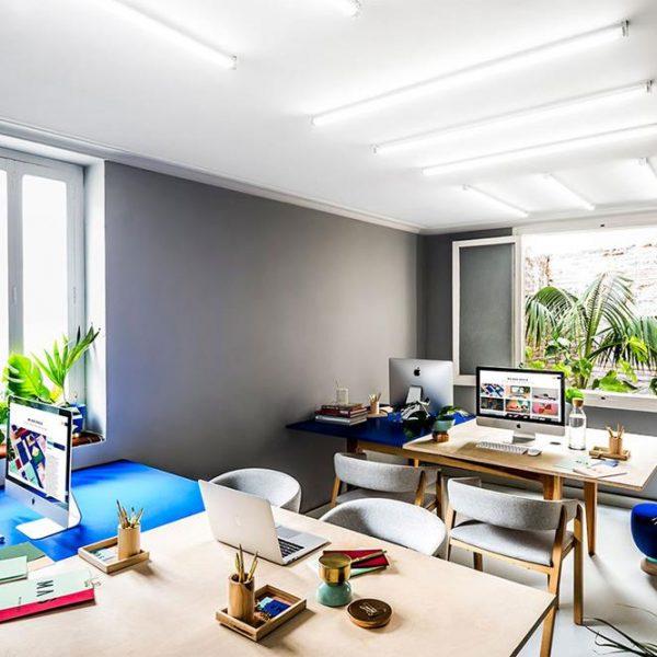 A sala de trabalho coletivo. As cores nos tampos delimitam espaços com clareza. A cor base é o cinza, que combina com praticamente todas as cores, especialmente as mais poderosas.