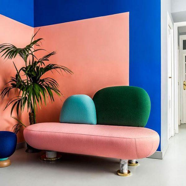 Pintar apenas uma parte da parede funciona como um adorno para o mobiliário. O rosa, o azul e o verde aparecem mais de uma vez na composição.