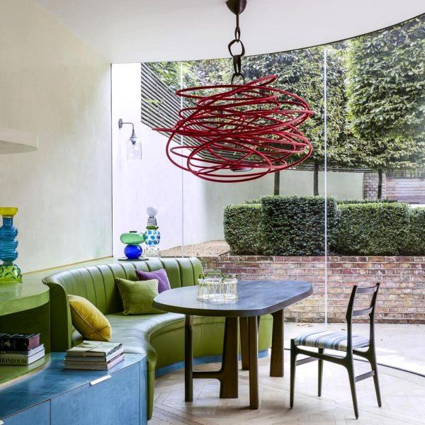 A mesa na sala de almoço é assinada por Christophe Delcourt. A luminária bem diferente Hervé Van der Straeten completa a cena junto com a cadeira de Gio Ponti. Verde e azul são ótima combinação. Anote!