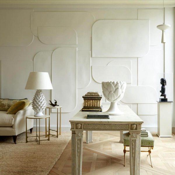 O grande trunfo na biblioteca é a parede de gesso, cujos motivos geométricos sobrepostos foram inspirados de um baixo-relevo na loja de moda masculina Dries Van Noten, em Paris.