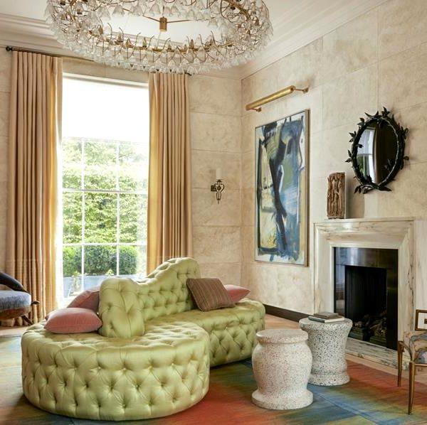 No grande living, o sofá feito sob encomenda faz par com as banquetas Maddux Creative, espelho Marianna Kennedy, e obras Peter Lanyon.