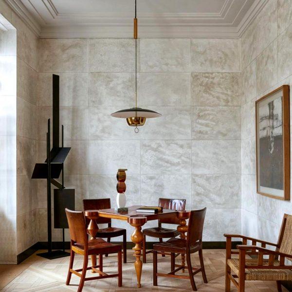 No living, mesa de jogos Art Deco comprada em um leilão em Paris está rodeada por cadeiras de Kaare Klint. Escultura Robert Adams e pintura John Forrester.