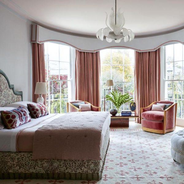 O quarto do casal recebeu pendente de Murano de 1950, tapete dhurrie indiano de meados do século XX e poltronas francesas revestidas em veludo.
