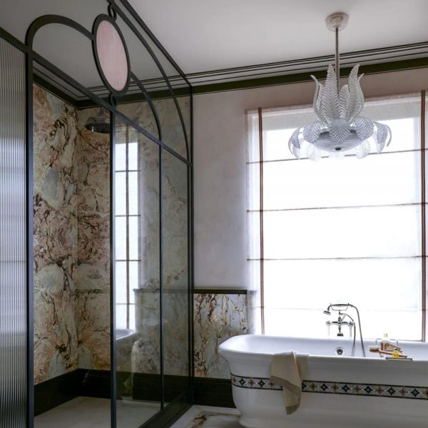 O banheiro da suíte master em mármore é puro luxo.
